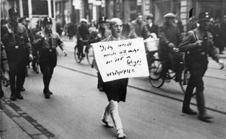 ADN-ZB/Archiv Deutschland unter dem faschistischen Terrorregime 1933-1945 Weltweit als Dokument der Schande für die Nazi-Schergen wurde dieses Foto vom März 1933. ein jüdischer Anwalt, der noch auf die Polizei als Hüterin von Recht und Ordnung vertraut hatte, wird von SA-Rowdys, die als Hilfspolizisten fungierten, über den Stachus in München getrieben. Der Mann, den das Bild zeigt, der Münchner Rechtsanwalt Dr. Michael Siegel, einer der ersten Opfer des braunen Terror-Regimes, war einer der wenigen, der es überlebte, obwohl er bis in die Kriegszeit hinein in Deutschland ausharrte. Er ist am 15. März 1983 im 97. Lebensjahr in Lima (Peru) gestorben. Foto: Heinrich Sanden