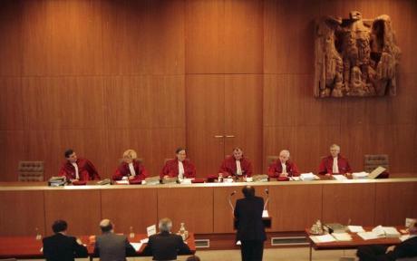 """Am 17.1.1989 verhandelte der II. Senat des Bundesverfassungsgerichtes über die Verfassungsmäßigkeit des Bundeshaushaltsgesetzes für 1981. Damals hatte die SPD/FDP-Koalition die Kreditermächtigung für den Haushalt um 1,9 Millarden DM höher angesetzt als die für Investitionen vorgesehenen Ausgaben. Da nach Meinung der damaligen Opposition, der CDU/CSU-Bundestagsfraktion, hiermit gegen Artikel 115 des Grundgesetzes verstoßen wurde, hatten 231 Abgeordete der CDU/CSU-Fraktion am 6.9.1982 den Antrag beim Bundesverfassungsgericht gestellt, die Bestimmung über die damalige Kreditermächtigung für verfassungwidrig zu erklären. Artikel 115 verpflichtet, die Verschuldung unterhalb der für Investitionen vorgesehenen Ausgaben zu halten. Die Entscheidung in diesem """"Abstrakten Normenkontrollverfahren"""" soll am 18. April 1989 verkündet werden."""
